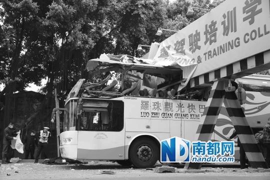 大巴撞限高架 两女乘客死亡