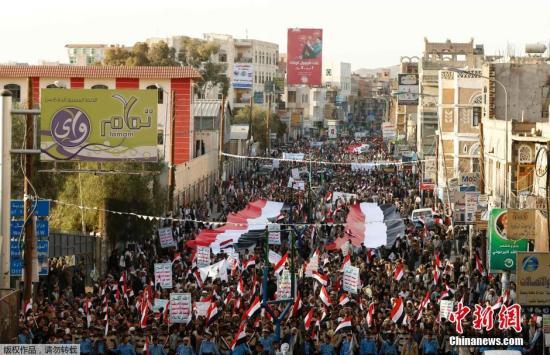 资料图片:当地时间2015年2月11日,也门萨那,民众集会纪念起义四周年。2011年,也门爆发起义,最终迫使执政33年的总统阿里・阿卜杜拉・萨利赫(Ali Abdullah Saleh)移交权力。