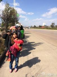 四川广元人陈玉梅抱着女儿走在队伍的最前面。