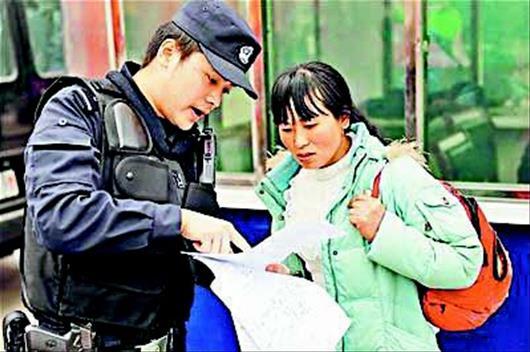 图文:重庆特警手绘火车站地图免费送旅客