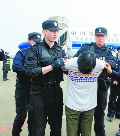 机场警方将嫌疑人控制并带离飞机。