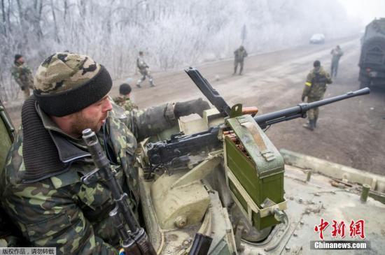 当地时间2015年2月15日,乌克兰Svitlodarsk,乌克兰停火协议生效,乌克兰士兵在前往顿巴利采沃的途中扎营休息,几名士兵踢起了足球。