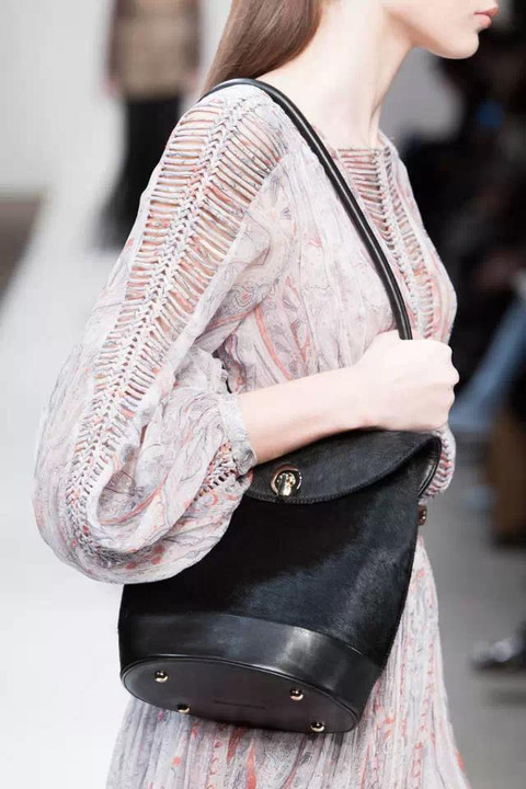 纽约时装周那些刚下T台,就想拥有的新款美包!