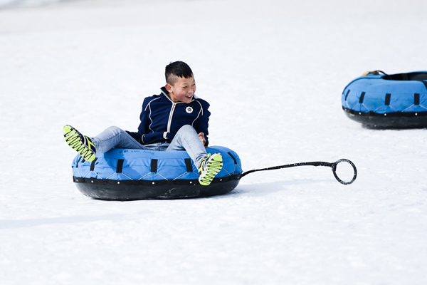 图文:全民健身滑雪贺新春 小朋友在玩雪蝶项目