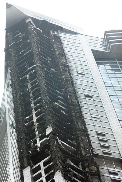 """2月21日,迪拜,336米的""""火炬塔""""凌晨突然起火,所幸未造成人员伤亡。"""