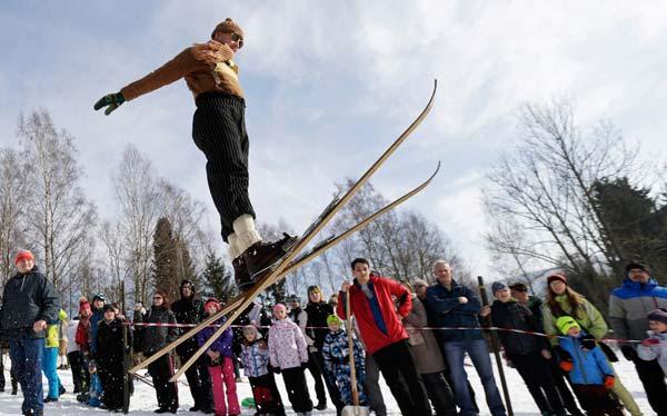 图文:捷克传统滑雪赛 一名参赛者在比赛中