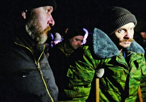 2月21日,在乌克兰东部卢甘斯克市郊外,乌克兰战俘站在交换战俘现场。 新华/法新