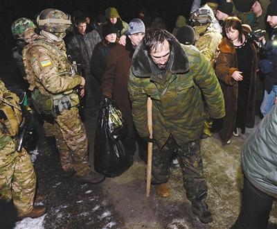2月21日,东部卢甘斯克市西郊,政府军与民间武装交换战俘。政府军移交了52名民间武装成员,民间武装组织移交了139名政府军士兵。