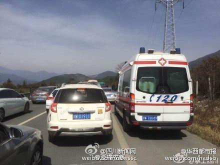 救护车被堵死在应急车道