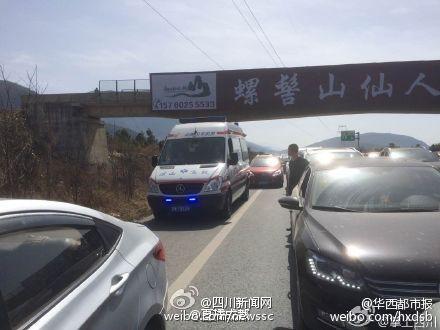 四川雅西高速发生车祸 救护车被堵死在应急道