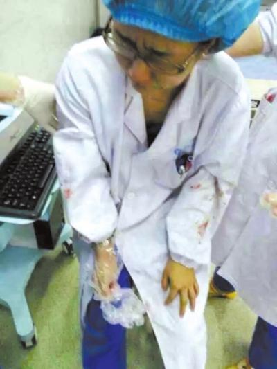 被打的女大夫。微博图像