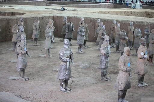 2月23日,在陕西省秦始皇帝陵博物院兵马俑一号坑,在挖掘修复现场,一些修复中的兵马俑被工作人员用保鲜膜覆盖着不同部位,让游客对兵马俑修复工作有了更加直观的认识。
