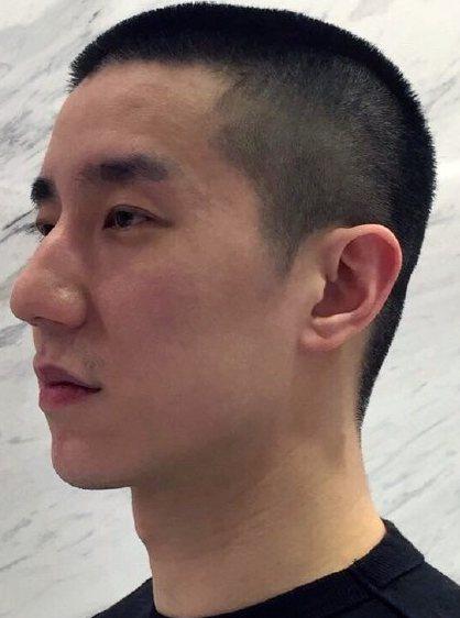 房祖名获释后首发微博 成龙亲为儿子剪发