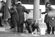 2月23日,湖北武汉,很多香客涌至归元寺拜财神祈福扔硬币,招致殿内硬币满天飞。午时11时许,因为殿内硬币满天飞,招致寺庙作业人员在清算空中的硬币时,不能不捂着头、戴着头盔,以防被硬币砸伤。