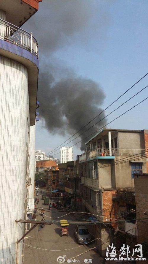 起火的是一栋两层民房,现场腾起滚滚浓烟(网友供图)-两男孩房内