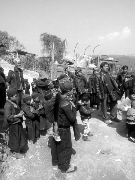 2月16日,缅甸果敢,因为发生战乱,交通被封锁,大批在果敢经商的湖南商人走山路回国,返家过年。图/受访者提供