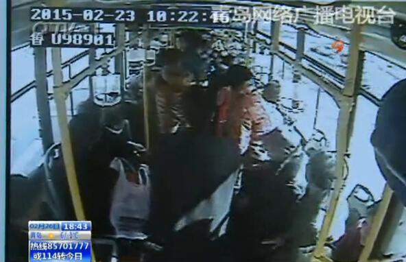 乘客发病、公交司机及时救助的事儿,我们栏目曾多次报道过。就在2月23号,在岛城的公交车厢里,这样充满爱心的一幕又接连上演了。
