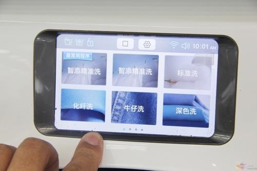 在操作上,之前笔者已经介绍了这款WW9000完全舍弃了旋钮式或者按键式的程序选择,配备了一块5英寸LCD全触控式显示屏,搭载智能的专属用户界面,消费者可以体验到和智能手机完全一样直观的大信息量读取和简便操作的用户界面。
