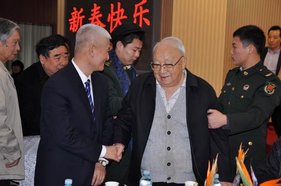 资料图:原新华社总编辑南振中(前排左一)、原解放军报社长华楠(前排左二)亲切交谈。