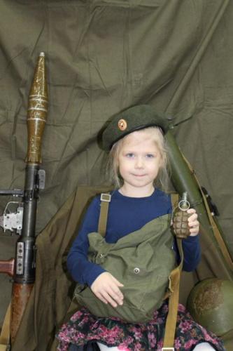俄罗斯幼儿园儿童手持ak-47步枪照惹争议(组图)-搜狐