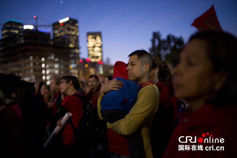 当地时间2015年2月26日,美国洛杉矶千余名洛杉矶教师参加集会游行,要求涨薪和缩小班级规模。