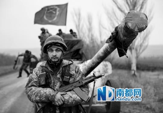26日,乌克兰士兵开始从冲突地区撤出火炮。C FP供图