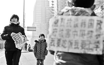 蒜农带着孩儿在韩国大使馆前讨说法