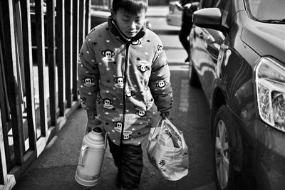 大一些的孩儿帮大人预备午餐