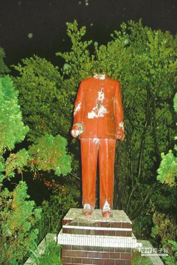 基隆狮球岭公园内的蒋介石铜像,疑遭网友断头断手并切断脚跟。来源:台湾《中国时报》