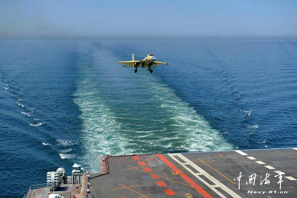 资料图:歼-15舰载战斗机在海军辽宁舰开展海上着舰航线飞行训练。李唐 摄