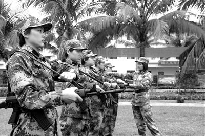 冯碧仪(左一)在训练中。