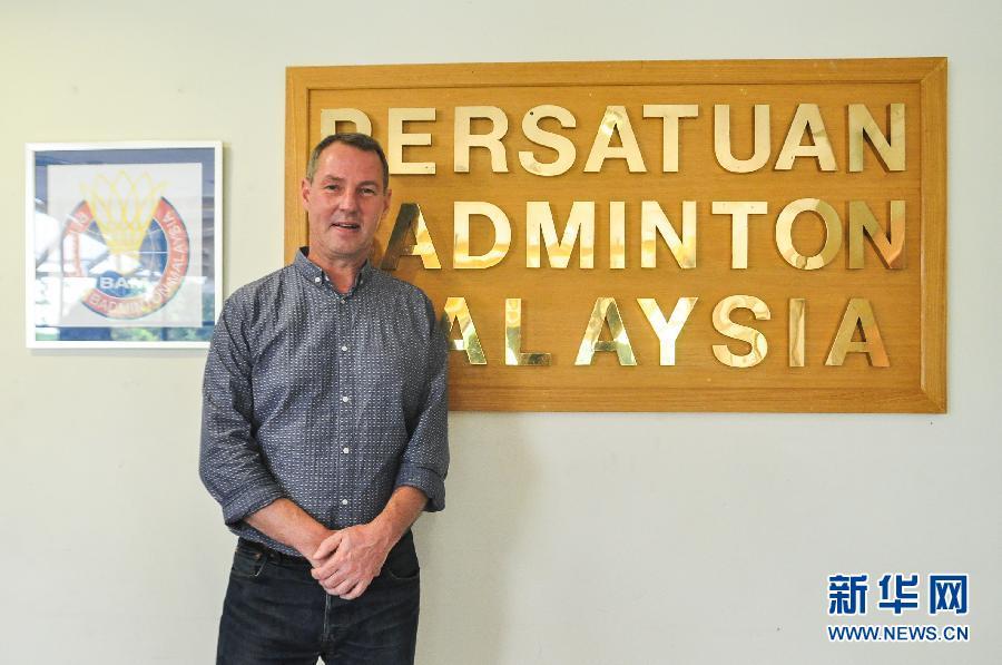 3月2日,在马来西亚吉隆坡,弗罗斯特在马来西亚羽总牌匾前拍照。当日,丹麦前羽毛球名将弗罗斯特受聘于马来西亚羽毛球总会,出任技术总监一职。 新华社发(张纹综)