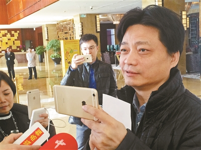 """崔永元与记者们形成""""互拍""""之势"""