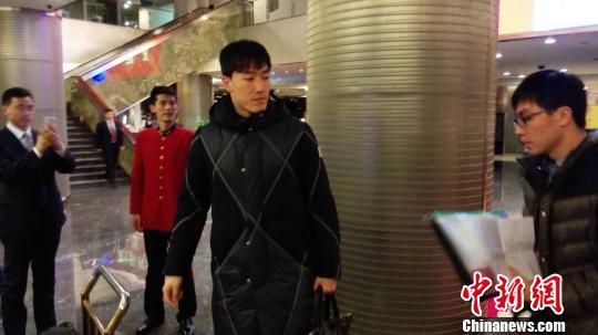 全国政协委员刘翔选择在3月2日深夜11点抵达驻地北京铁道大厦报到。 彭大伟 摄