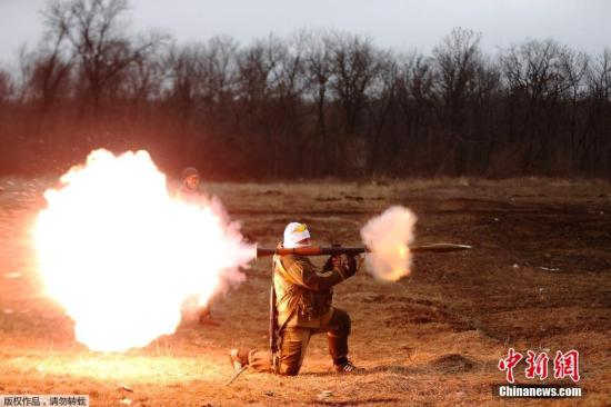 """当地时间3月1日,顿涅茨克,乌克兰民间武装""""顿涅茨克人民共和国""""组织进行射击训练。图为一名成员练习射击RPG火箭弹。"""