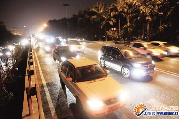 昨日晚高峰,车主直喊堵。记者 唐光峰 摄