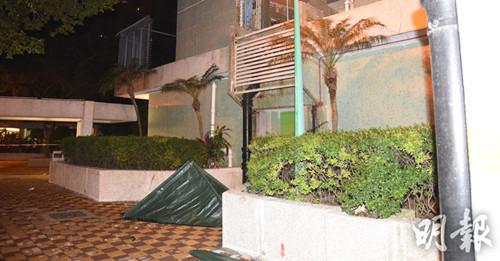 坠楼的陈姓男死者被行人发现倒卧地面,现场证实死亡。香港《明报》网站/蔡方山摄