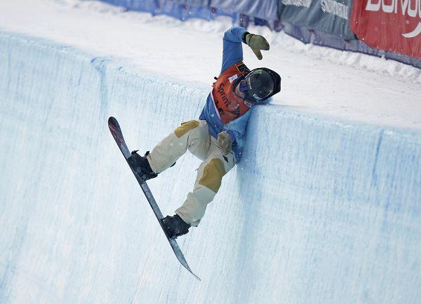 图文:单板滑雪世界杯 瑞士选手发生意外