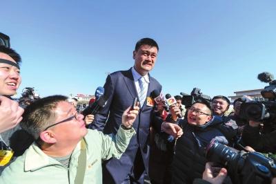 姚明受到记者围堵采访。