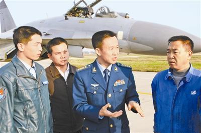 李中华(右二)到试飞部队检查指导工作。刘祁东摄