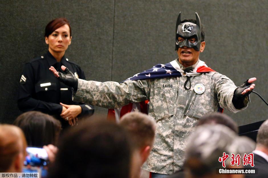 美国洛杉矶警察局_美国男子扮蝙蝠侠抗议警察射杀街头流浪汉(组图)-搜狐滚动