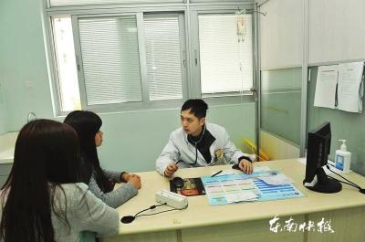 为病人接诊图由医院受访者提供-福州一医生边打点滴边接诊 被称 挂