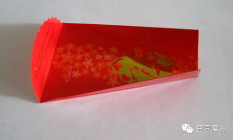 手工灯笼就制作完成了. 6.将6个红包封连在一起. 7.