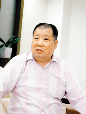 全国人大代表、著名作家二月河(凌解放)下午接受央视采访时表示,中国大学生读不下红楼梦是耻辱。同时提议给作家免税,降低书价。