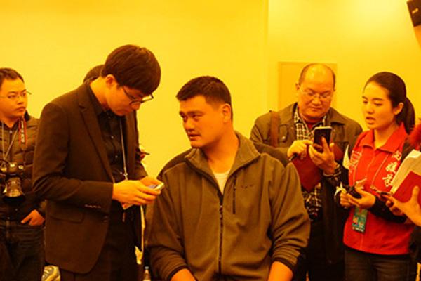 3月4日的分组会上,姚明委员在和媒体记者交流。