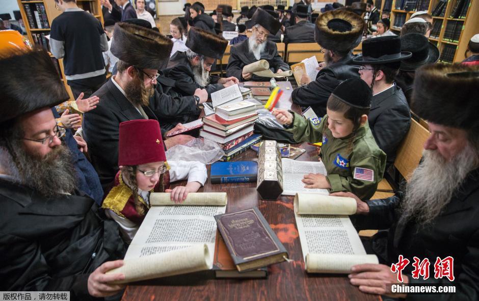 以色列犹太人阅读以斯帖卷轴庆祝普林节(组图