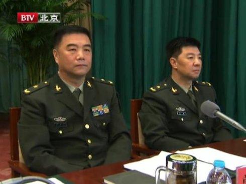 图左为郭志刚少将。