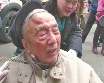 老头的头上被打出一个鸡蛋大的血包
