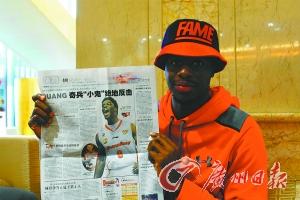 穆迪埃对广州日报关于他的报道十分高兴。广州日报记者 黄维 摄