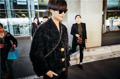 李宇春抵达巴黎机场